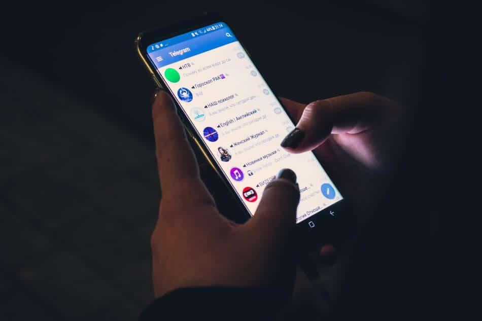 foto gambar orang memegang hp chat message japri pm sosial media