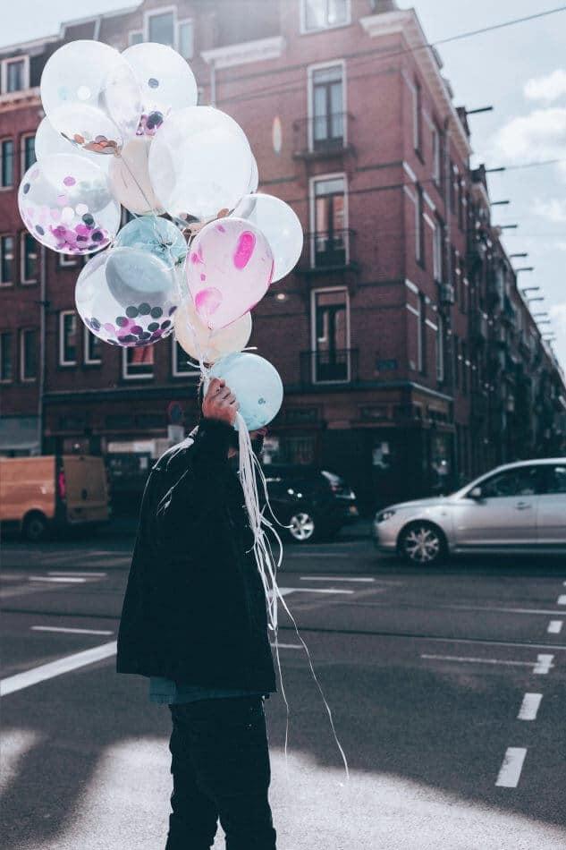 foto gambar orang sedang membawa balon ambigu