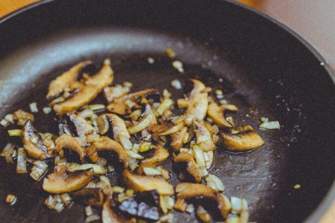 foto olahan jamur, memasak jamur dengan wajan penggorengan, oseng jamur