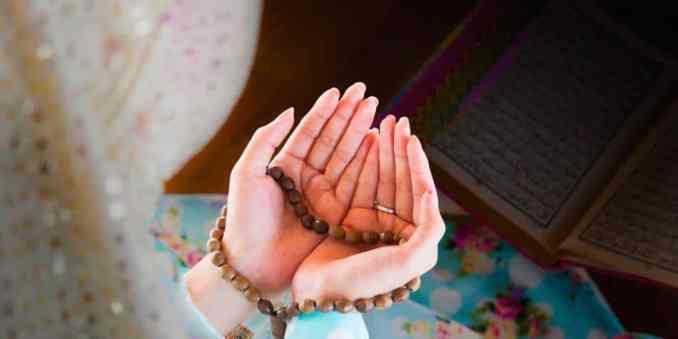 gambar tangan berdoa memegang tasbih perempuan muslim