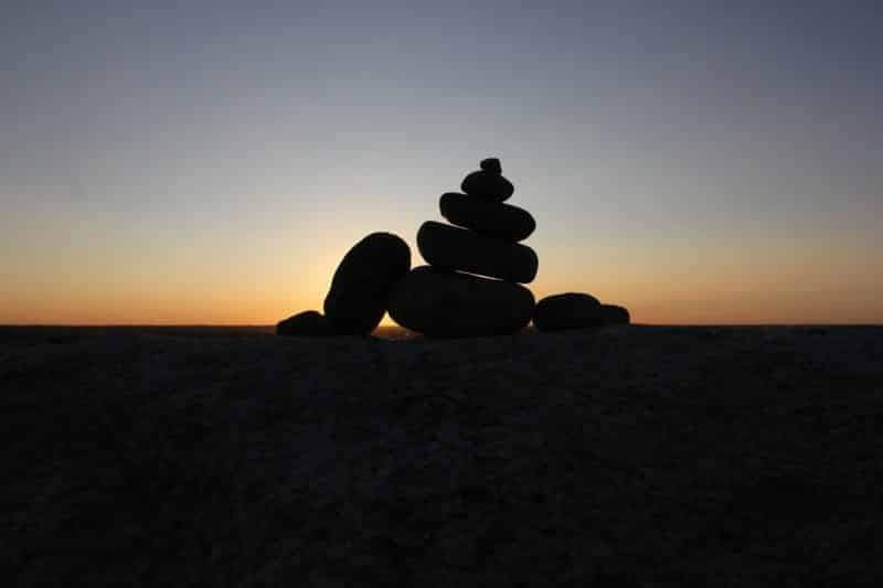 foto keren untuk profil whatsapp instagram telegram tiktok facebook line siluet batu bertumpuk latar belakang/background sunset matahari terbenam
