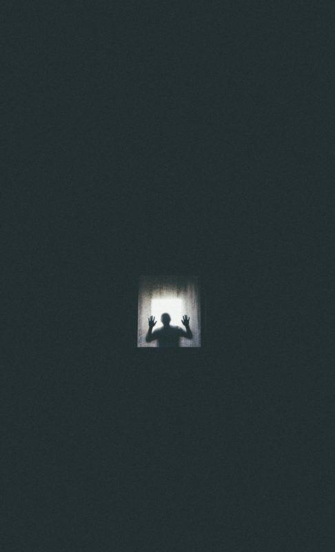 foto keren untuk profil whatsapp instagram telegram tiktok facebook line siluet orang laki-laki/pria/cowok dibalik kaca jendela berembun