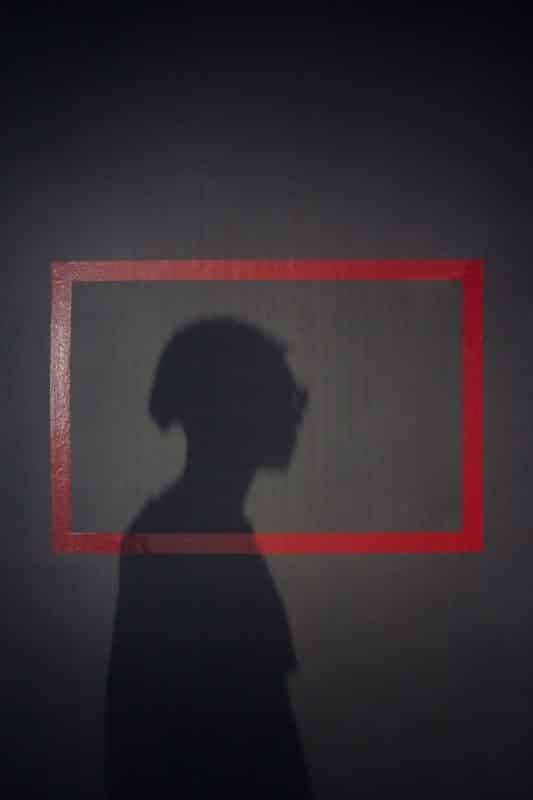 foto keren untuk profil whatsapp instagram telegram tiktok facebook line siluet bayangan laki laki/pria/cowok rambut gondrong dengan bingkai merah
