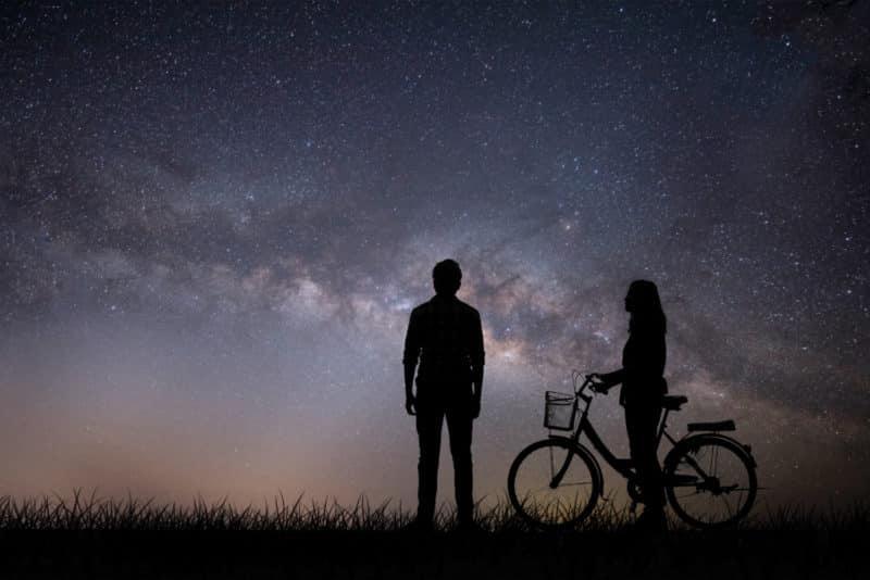 foto keren untuk profil whatsapp instagram telegram tiktok facebook line siluet couple cewek/perempuan dan cowok/laki-laki/pria malam hari berdiri membawa sepeda di bawah langit berbintang