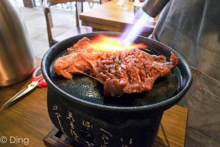 台南中西區美食 大口吃肉好過癮,厲害的丼飯、定食以及桌邊炙燒秀,就在「牛丁次郎坊x深夜裡的和魂燒肉丼x台南支店」。