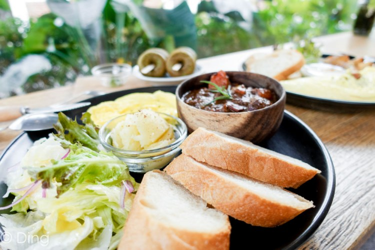 台南東區早午餐 隱藏住宅區「鹿耳晚晚」,擁有大片落地窗,餐點美味,還有限量甜點「親愛的渡邊直美」。