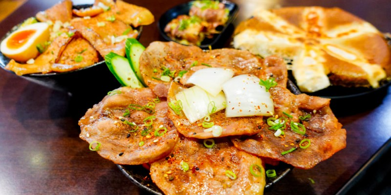 台南東區 專賣日式定食「天滿橋洋食專賣店」,丼飯、蓋飯肉量十足,小菜、味增湯及麥茶無限量供應,還有特別的自動販賣機點餐喔~