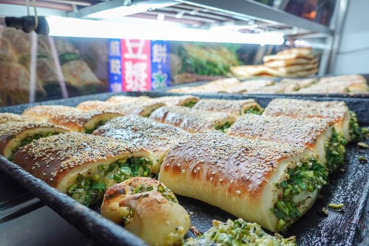 台南東區美食|何記永和豆漿,宵夜限定,東門路古早味隱藏版蔥燒餅,滿到爆出來的蔥!