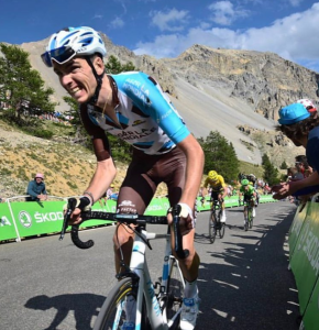 Romain Bardet à l'attaque dans un col Alpestre - photo instagram Romain Bardet