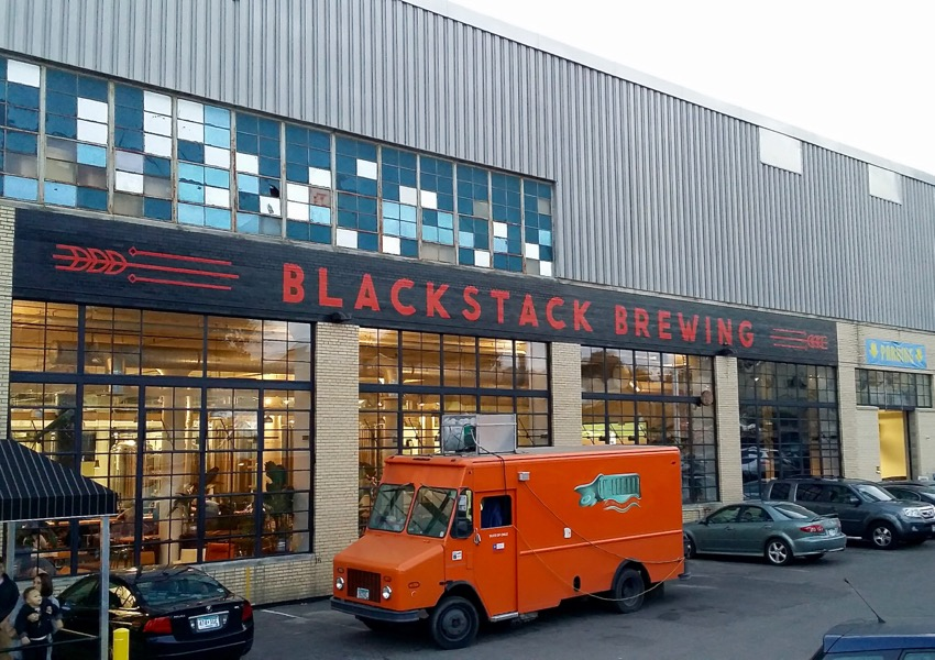 Foodtruck outside Blackstack Brewing