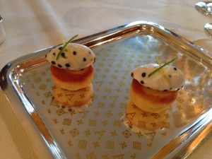 Puff pastry with caviar and cream
