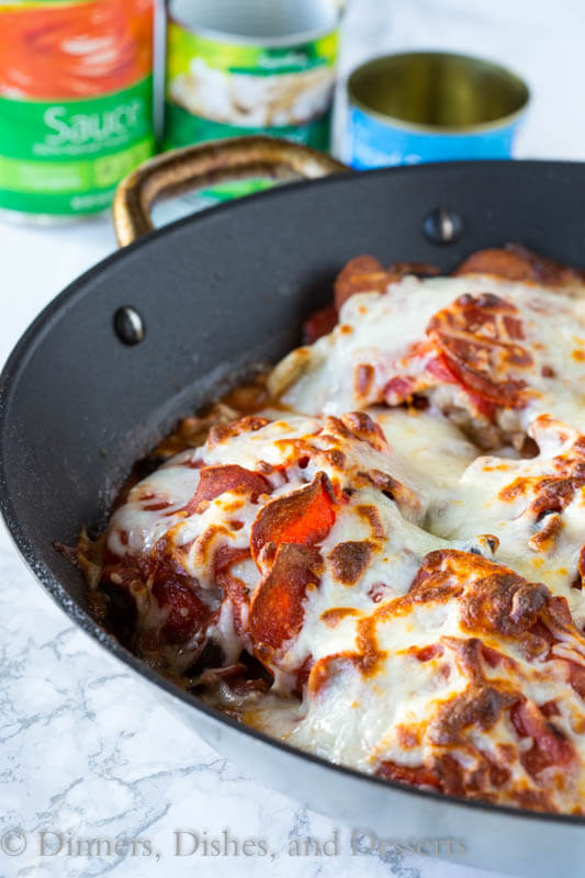 One Pan Pizza Chicken - get all the flavor of pizza in a one pan chicken dinner! Super easy recipe to get you through those tough weeknights.