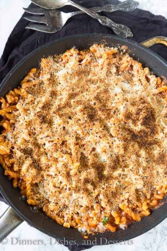 Chicken Parmesan pasta skillet – all the flavors of classic chicken Parmesan in a quick and easy one pan meal. Dinner tonight is sorted!