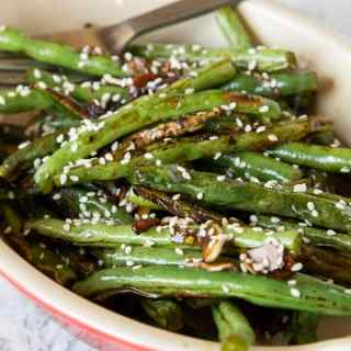 roasted green beans in a dis with sesame seeds