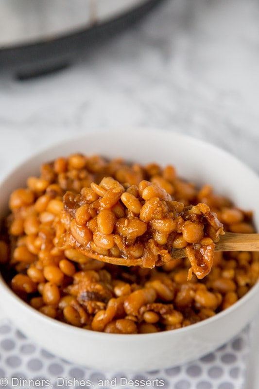Baked Beans Recipe - The BEST homemade baked beans recipe. Super simple to make and it is all done in the crock pot!  Make for all your get togethers and barbecues this summer!