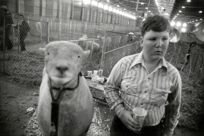 Fort Worth, Texas, 1975 © Garry Winogrand . Sumber : Artsy.net