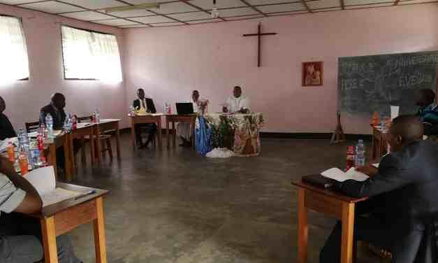 Les conseillers de l'Evêque en consulte à Idiofa