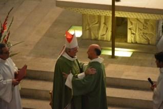 L'évêque félicitant son nouveau diacre