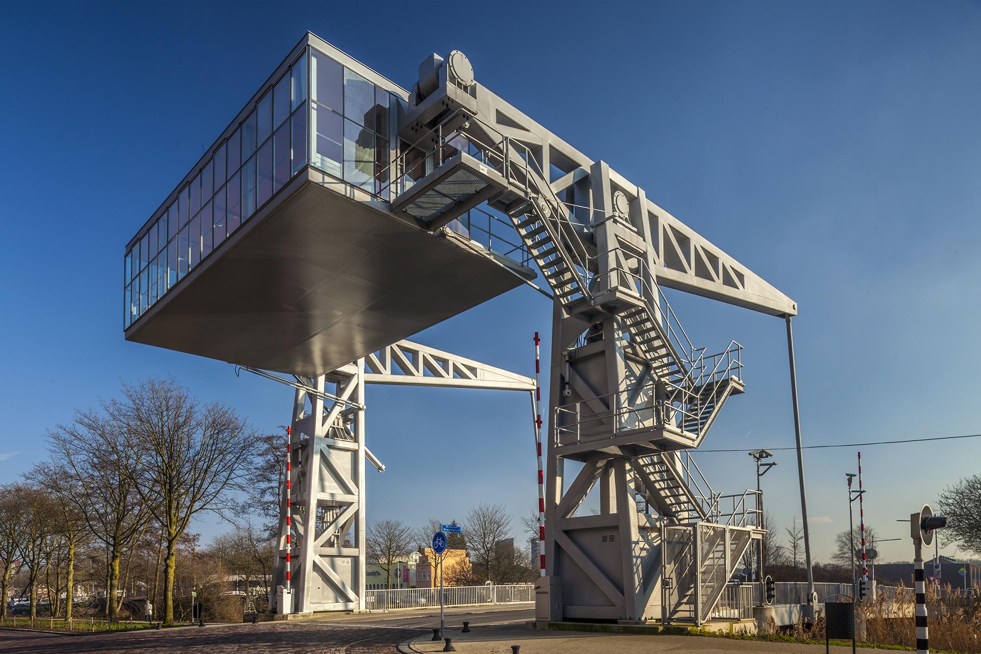 Brug over de Piushaven in Tilburg. Ontwerp: John Körmeling.
