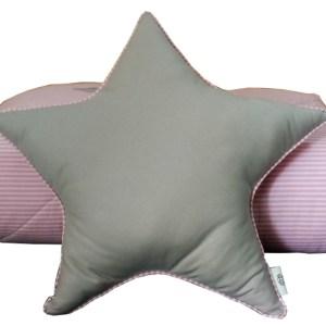almofada em formato de estrela cinza com detalhe em listra rosa apoiada em edredom de solteiro dobrado listrado rosa com aplicação de estrelas cinza