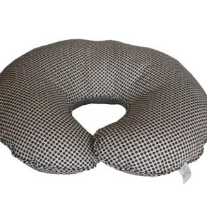 perspectiva de almofada de amamentar branca de bolinhas pretas