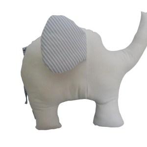 almofada em formato de elefante branca com orelha listrada azul e branca