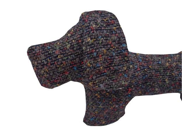 close almofada em formato de cachorrinho em lã marrom com pontinhos coloridos