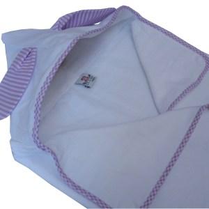 toalha fralda com capuz branco e orelhas infantil listrada lilás e branca