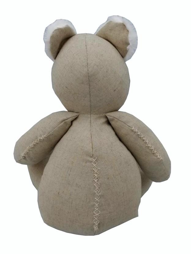 costas de urso teddy de pano bege com detalhes em pelúcia branca