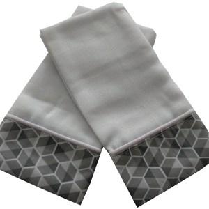 duas fraldinhas de ombro dobradas sobrepostas com estampado geométrico cinza