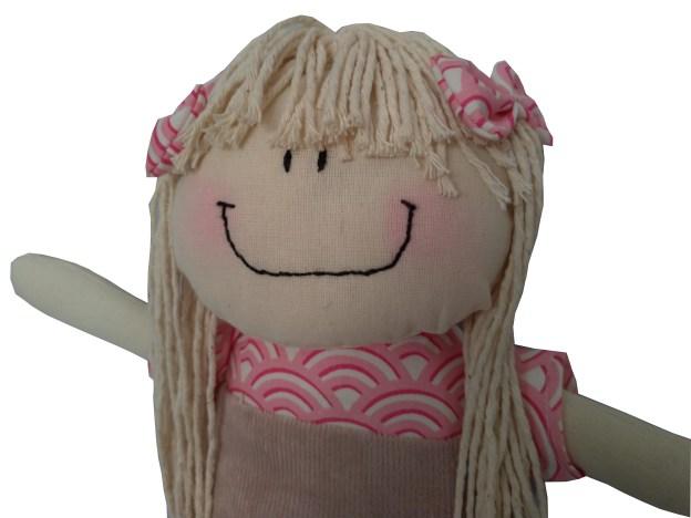 boneca de pano sereia com roupinha rosa e cabelo de barbante