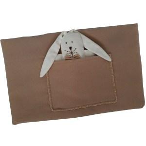 manta de lã bege dobrada com bolso e mini naninha orelhuda