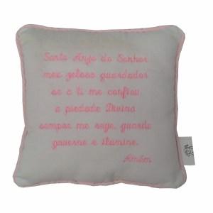 Perspectiva de mini almofada com oração do santo anjo do senhor bordada em rosa