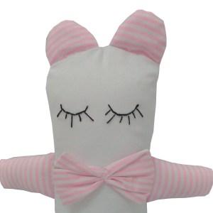 close de naninha urso branca com patas, orelhas e gravata borboleta branca e rosa