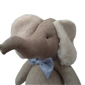 elefante de pano xadrez bege príncipe de gales com gravata borboleta azul