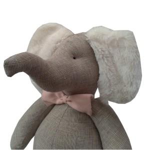 elefante de pano xadrez bege príncipe de gales com gravata borboleta rosa