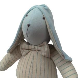 coelho de pano azul e bege com laço no pescoço