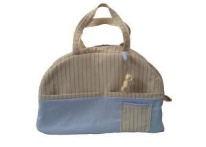 malinha de mão de tecido com bolsos externos e chaveiro de ursinho