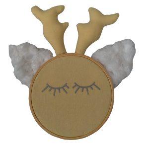quadro de bastidor com carinha de rena amarelo claro, orelhas em pelúcia branca