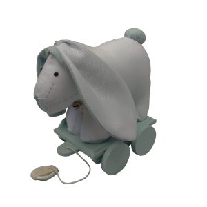 brinquedo infantil coelho de pano azul e branco sobre base em madeira com rodinhas para criança puxar.