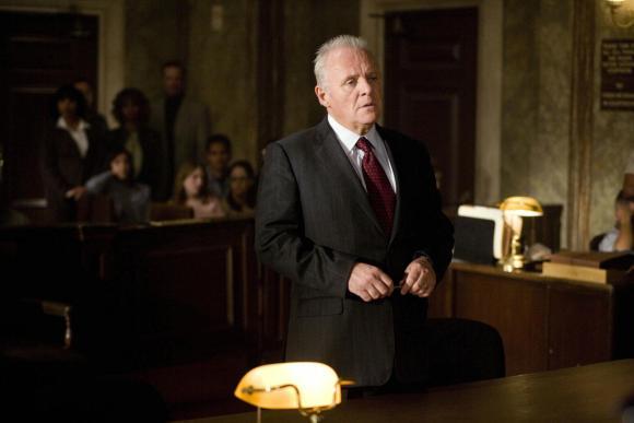 Em Um Crime de Mestre Anthony Hopkins brinca com o ônus da prova.