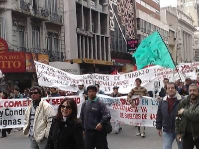 Manifestantes em passeata na 18 de Julho.