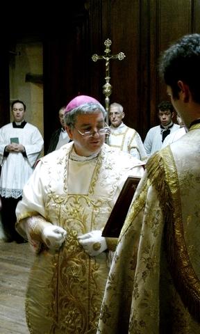 Bispo paramentação casula ordenações presbiterais 2010 Instituto Bom Pastor