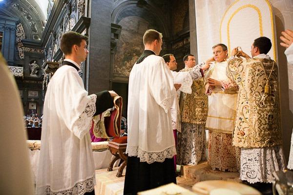 Cardeal Burke paramentação dalmática ordenações 2012 Instituto Cristo Rei