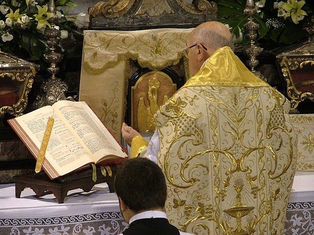 Canon Missa rito ambrosiano casula romana dourada missal