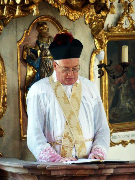 Mons. Guido Pozzo barrete estola cruzada púlpito homilia