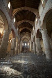 """Anagni (FR), la cattedrale (interno). ..al contrario l'interno presenta un'architettura gotica, che attraverso i suoi archi e le sue campate porta lo sguardo a """"trascendere"""" verso l'alto."""