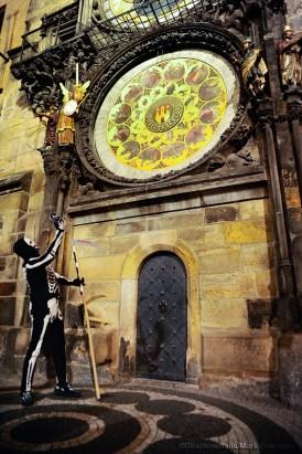 Una guida descrive l'orologio astronomico nella Piazza della Città Vecchia