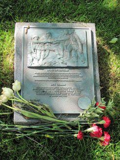 800px-Elbe_Day_Memorial_Arlington