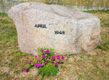 800px-Gedenkstein_April_1945_in_Lorenzkirch
